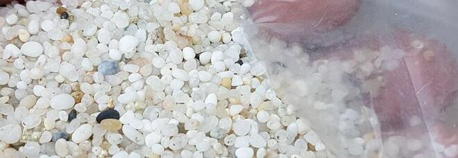 Turista restituisce 15 kg di preziosa sabbia alla Sardegna dopo 40 anni: «Amo la vostra isola, quindi questa deve tornare al suo posto»