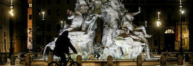 Roma, bagno notturno nella fontana dei Quattro Fiumi a piazza Navona: multati tre giovani turisti francesi