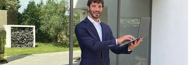 Stefano De Martino, smart working in mutande: la foto fa impazzire i social