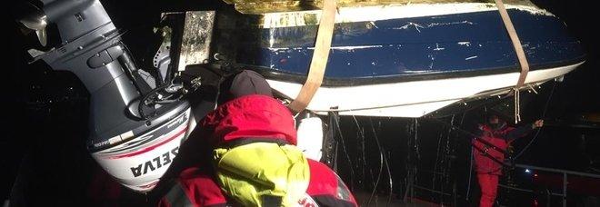 Barca contro una briccola: passeggeri sbalzati in acqua. Uno è gravissimo