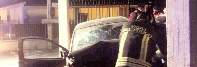 Perde il controllo dell'auto e si schianta contro una casa: morta una donna -Foto