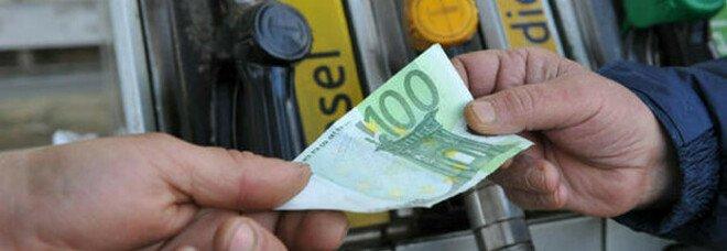 Ripartenza con il caro carburante. «Salasso da 266 euro a famiglia». Gli aumenti di diesel e benzina