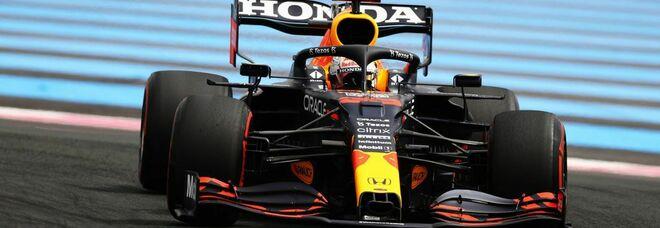 Verstappen in pole nel regno delle Mercedes. Sainz porta la Ferrari in terza fila