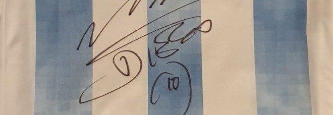 """Maradona, una maglia autografata da """"el Diez"""" venduta per oltre 155.000 euro"""