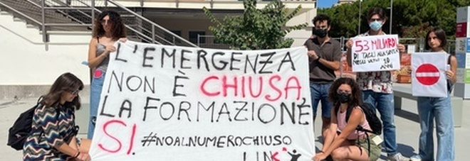 Test di Medicina, la protesta degli studenti di Bari: «No al numero chiuso»