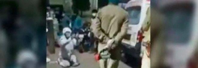Covid in India, denuncia choc: «La polizia ha portato via la bombola d'ossigeno a mia madre per darla a un 'vip'». Il video fa il giro del web