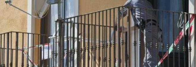 Lite furiosa sul balcone: la ringhiera si stacca, marito e moglie precipitano in strada