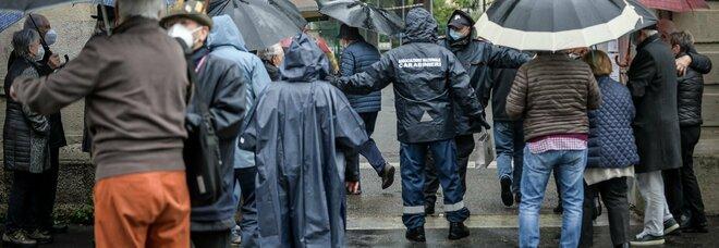 Milano, vaccini 75-79, primo giorno tutti in coda sotto la pioggia. Over 60, Fontana: «Per partire con le prenotazioni aspettiamo le nuove dosi»