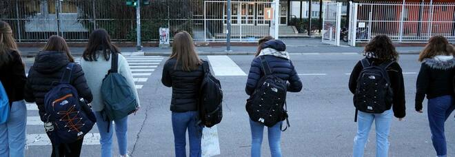 A Milano la scuola riparte con la rivoluzione oraria, tra mezzi pubblici potenziati e proteste contro le classi pollaio