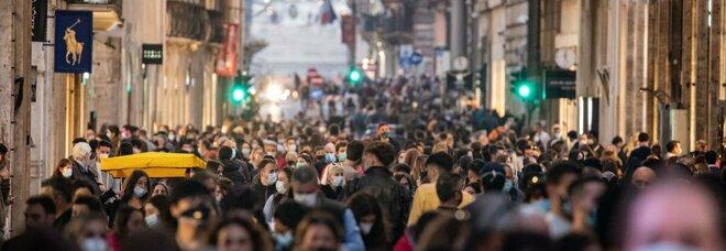 Folla in Centro: assembramenti e zero distanziamento in via del Corso