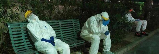 Coronavirus, la foto dei soccorritori allo stremo fa il giro del web: strutture al collasso
