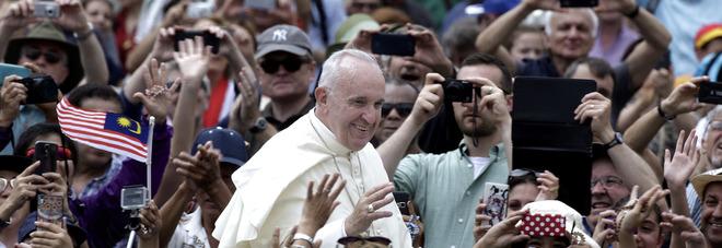 Il Papa agli Youtubers: «Mai pensato di smettere». In Vaticano George Clooney e Richard Gere