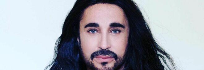 Shalpy vittima di insulti omofobi su Twitter. Il cantante: «Lo porto in tribunale»
