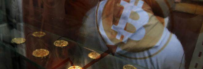 Bitcoin in crisi, perde il 21%: il valore crolla sotto i 13mila dollari