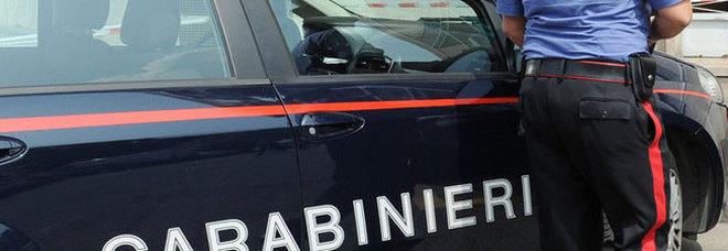 Risultati immagini per carabinieri scendono dall'auto