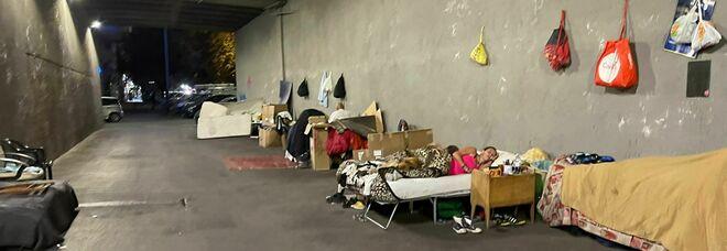 Ecco il dormitorio per senza tetto nel sottopasso della stazione Trastevere