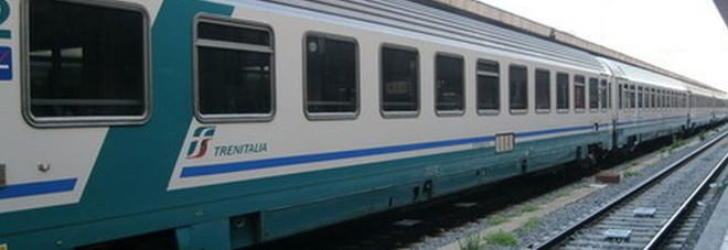 Morto il ragazzo 15enne investito dal treno: aveva attraversato i binari ascoltando musica con le cuffiette