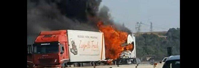 Inferno sulla A1, scontro tra due mezzi pesanti: morto uno dei due autisti. L'altro è ricoverato in codice rosso