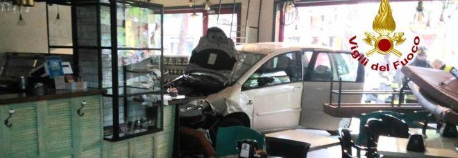 Vicenza, sbanda con l'auto e finisce in... pasticceria: tragedia sfiorata
