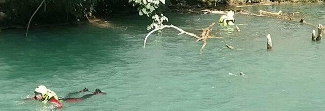 Ragazzo di 25 anni si tuffa nel fiume e scompare nel nulla: trovato morto dai sommozzatori
