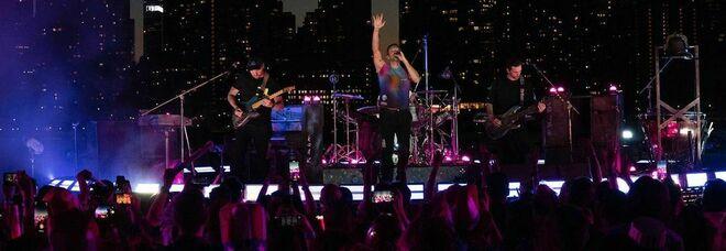 Coldplay, il concerto a New York in occasione delle riaperture: migliaia di fan in estasi