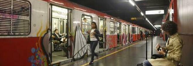 Ragazza aggredita in metro: «Scippata e picchiata al Duomo». Il rapinatore preso perché senza biglietto
