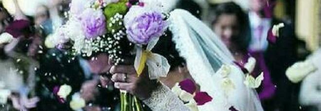Si sposano e dopo il ricevimento si regalano il vaccino in abiti da cerimonia