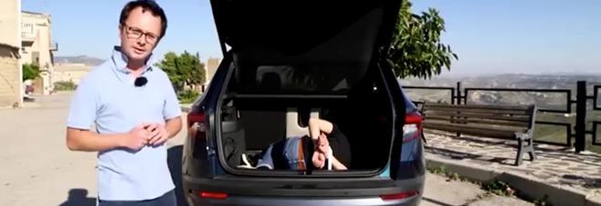 """Un uomo legato in auto: """"In Sicilia si fa così"""". Bufera sul video di una rivista di auto francese"""