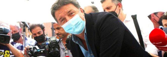 Matteo Renzi firma il referendum di Salvini sulla giustizia: «A testa alta». E la Lega posta la foto