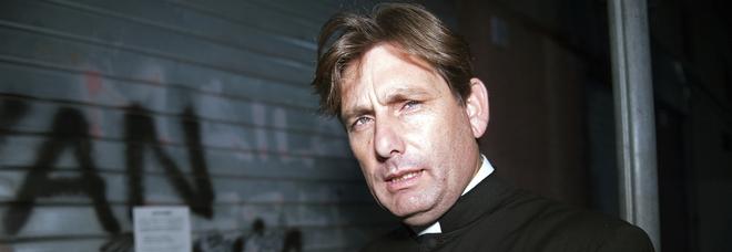 Don Antonio Coluccia il prete-coraggio che combatte la droga a San Basilio: «Io, tra i diseredati di Roma, minacciato di morte dai criminali»