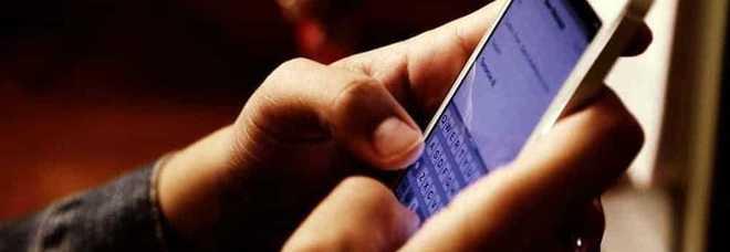 «Smartphone vietati ai minori di 16 anni»  la proposta degli iscritti al M5S 84bb878b85359
