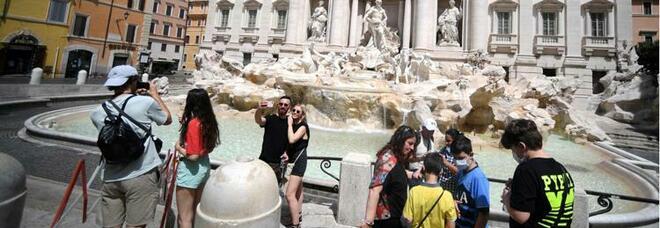 Roma, turisti spariti e alberghi vuoti. Ma il litorale e i laghi sono pieni