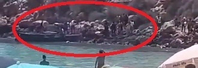 Lampedusa, i migranti sbarcano tra i turisti: l'arrivo sulla spiaggia dell'Isola dei Conigli VIDEO