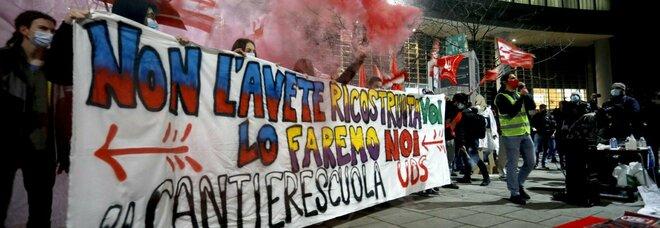 Dad, doppia protesta degli studenti davanti alla Regione Lombardia: «Senza scuola non c'è futuro»