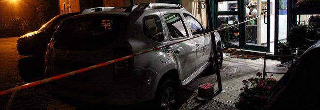 Sbaglia manovra al volante del Suv davanti alla chiesa: muore una donna e tre feriti gravi