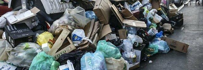 Crisi dei rifiuti, turisti in fuga: «Uno su 5 rinuncia a Roma»