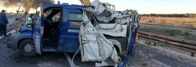 Rapina con ruspe e camion in fiamme al furgone blindato: rubati i soldi delle pensioni