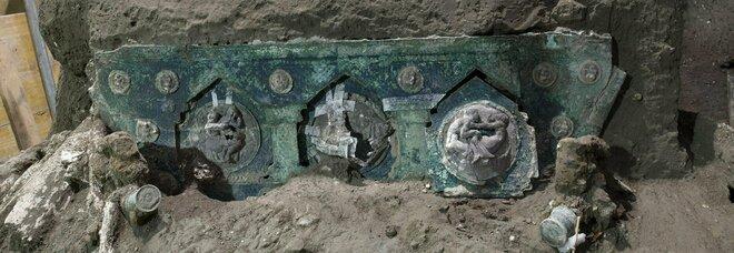 La scoperta unica a Pompei: ritrovato un carro da cerimonia di nozze con decorazioni erotiche