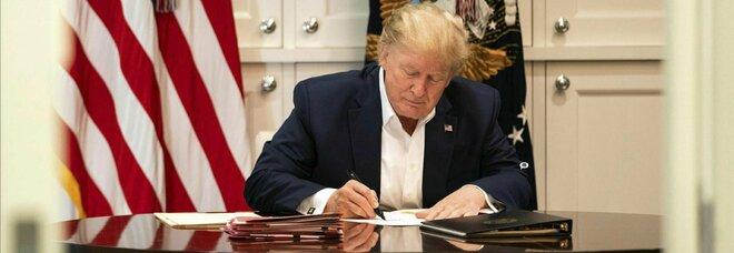 Donald Trump a lavoro dall'ospedale... o forse no? Le foto che fanno discutere: «Firma fogli bianchi con un pennarello»