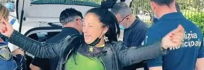 Multata: l'influencer napoletana balla senza mascherina davanti ai vigili. Il video è virale