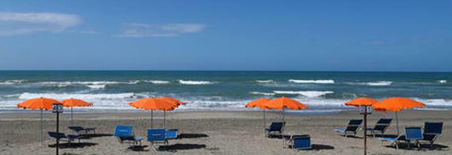 Spiagge italiane invase dalla plastica: tra i rifiuti anche guanti e mascherine. Lo studio choc di Legambiente