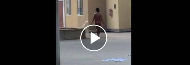 Ragazza nuda su ragazza foto