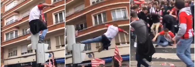 Follia in strada, il tifoso si lancia da un semaforo: ricoverato con un polmone perforato