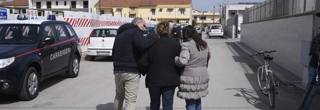 Scopre tre ladri in casa, esasperato, imbraccia il fucile e spara: un morto