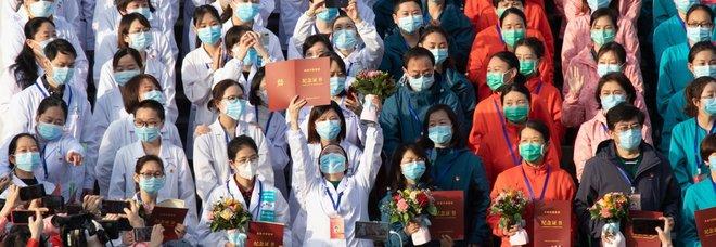 Coronavirus, a Wuhan dimesso l'ultimo paziente dagli ospedali temporanei. La foto che dà speranza al mondo