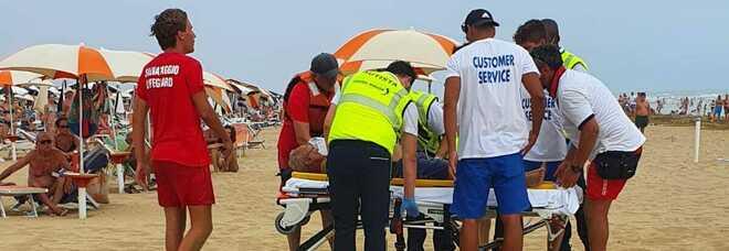 Due turisti morti in spiaggia: colti da malore in riva al mare, a distanza di 5 minuti e 30 metri