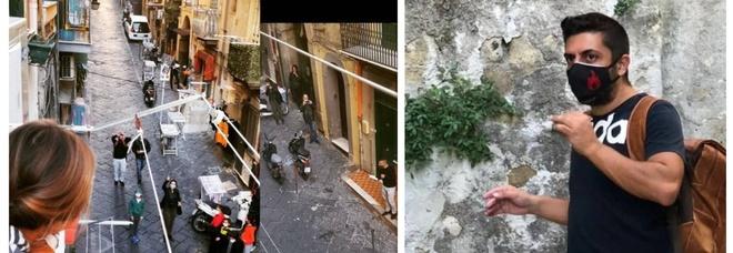 Scuole chiuse a Napoli, maestro si inventa la «didattica dai balconi». E la gente si affaccia felice