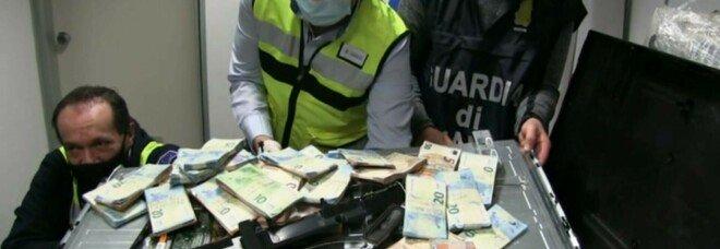 La Guardia di Finanza scopre migliaia di euro nascosti nei televisori al plasma per esportare illegalmente i soldi in Africa.