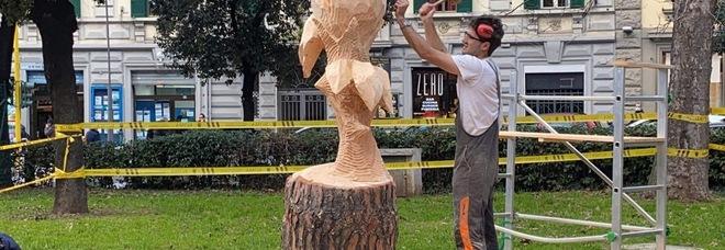 """Andrea Gandini, lo street artist del legno che fa rivivere i tronchi: «Trasformo gli scarti urbani in opere """"patrimonio"""" della comunità»"""