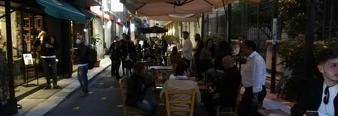 Escono insieme in un locale per festeggiare la fine del lockdown, 15 amici positivi al coronavirus